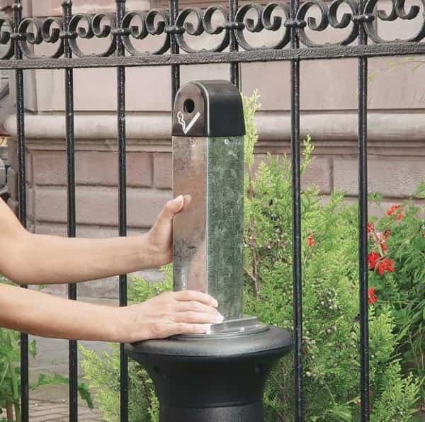 Een design, staande asbak van polyetheen met een stalen binnenbak.